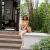 夏の暖かな色の小森系の娘の上から下へビキニセクシーの大きさは胸のハスの葉の辺で休暇を過ごします。